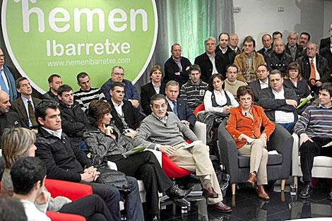 Mario Fernández, (centro) en la presentación en febrero de la plataforma pro Ibarretxe.   Mitxi