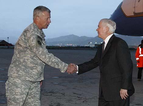 El secretario de Defensa, Robert Gates, saluda al general David McKiernan en Kabul. | AP