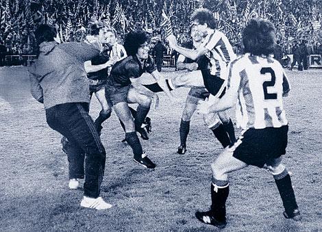 Goikoetxea y Maradona, en plena batalla campal durante la final de 1984. | Palomar