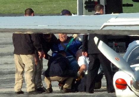 John Demjanjuk, a punto de subir al avión que lo lleva a Alemania, en el aeropuerto de Cleveland.   Reuters