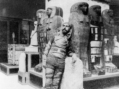 Toda, el primer egiptólogo español, en el Museo de Boulak de El Cairo (1885).   Fotos: SECC