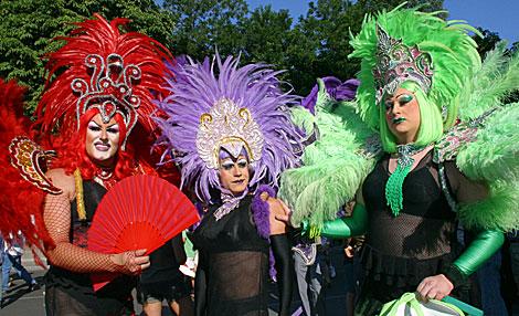 Tres participantes en una cabalgata de celebración del Día del Orgullo Gay en Madrid.   K. Para