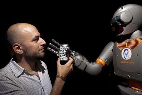 El humanoide 'Reem', capaz de mirar a los ojos y reconocer la cara. / Gonzalo Arroyo