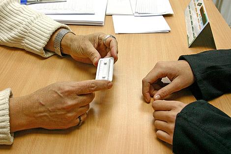 Una trabajadora de un Centro Joven del Ayuntamiento del Madrid dispensa una píldora postcoital. | D.S.