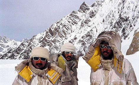 Oficiales del Ejército paquistaní en el glaciar de Siachen.   Suzanne Goldenberg