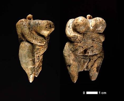 Vista lateral (izquierda) y frontal (derecha) de la Venus de Hohle Fels. | Universidad de Turinga