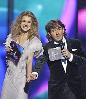 La modelo Natalia Vodianova durante la presentación de la gala junto con el showman de la tele rusa Andrei Malajov.