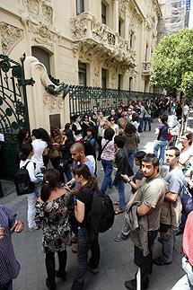 Cientos de personas aguardan su turno para despedirse. | Sergio Gonzalez