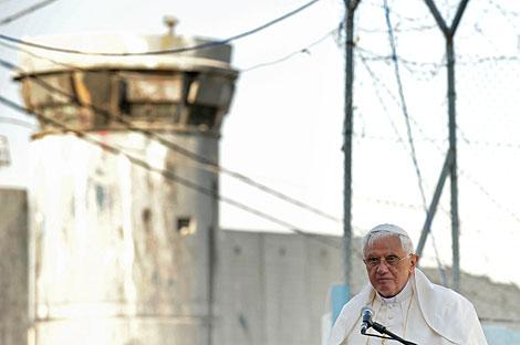 El Papa, ante el controvertido muro. | AP