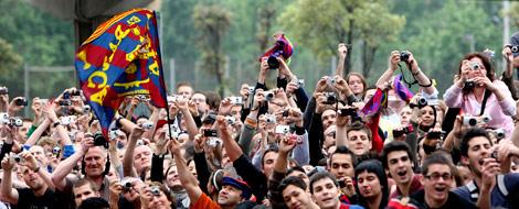 Miles de aficionados han esperado a los jugadores. | EFE