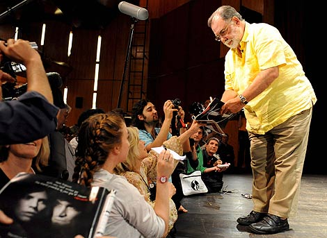 Francis Ford Coppola firma multitud de autógrafos.   Efe