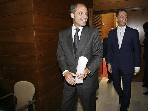 Camps y Costa, entrando hoy al Pleno de las Cortes Valencianas. | José Cuéllar