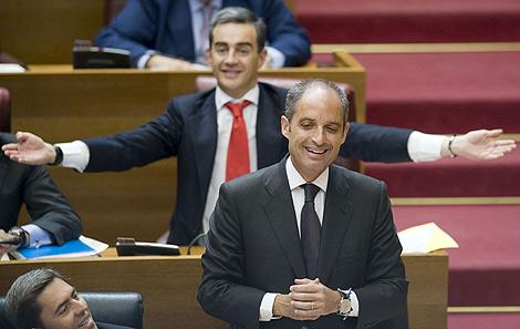 El presidente Camps y Costa (al fondo) en las Cortes. | Efe