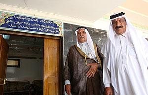 Los sheikh Yamal Abel Daha y Hamza al Hodayer, frente al Diwan de Ghazaliya, en Bagdad. (M. G. P.)