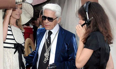 Lagerfeld (c) y la modelo Tatjana Patitz (izda.). en un desfile de Chanel en Venecia.   Efe