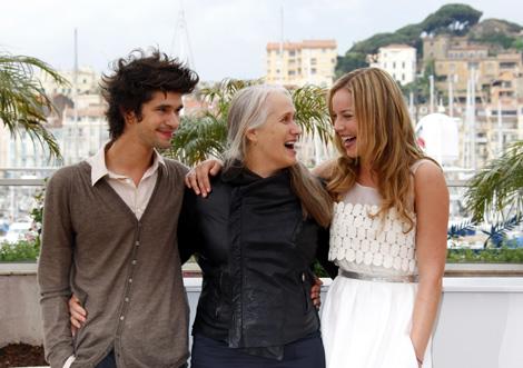 Jane Campion junto a la actriz Abbie Cornish (derecha) y el actor Ben Wishaw, portagonistas de 'Bright star'. | Afp
