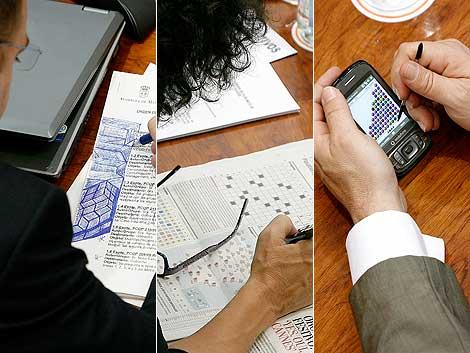 Un diputado del PSOE hace garabatos, una de IU hace un 'sudoku' y otro del PP juega con el móvil. | Alberto Di Lolli
