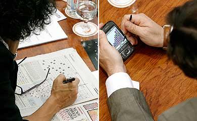 Una diputada de IU hace un sudoku y uno del PP juega con el móvil. | A. Di Lolli