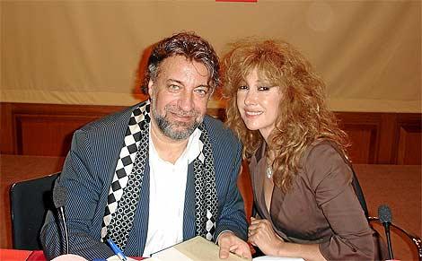 Julián Lago y la actriz Victoria Vera en la presentación de un libro del periodista.   EL MUNDO