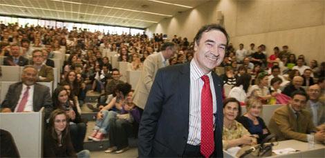 El director de EL MUNDO, en el aula repleta de la Universidad de Navarra. | Iñaki Andrés