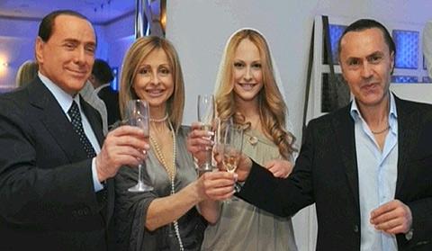 Berlusconi, junto a Noemi Letizia y sus padres en el cumpleaños.   'Corriere della Sera'