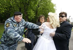La policía detiene a una pareja gay en Moscú.| Reuters