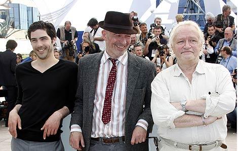 El director Jacques Audiard (en el centro) junto a los protagonistas de su filme 'A prophet' Niels Arestrup (der) y Tahar. | Foto: Reuters