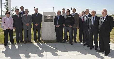 Asistentes al descubrimiento de una placa conmemorativa como homenaje al precursor del vuelo burgalés Diego Marín Aguilera, entre los que se encuentran el director del aeropuerto de Burgos, Ángel Antonio Otero, y el alcalde de Coruña del Conde, José Ángel Esteban.  Ical