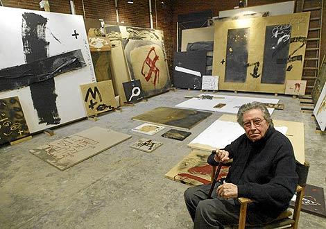 El polifacético artista sentado en su estudio barcelonés, con algunas de su obras al fondo. | Foto: Quique García