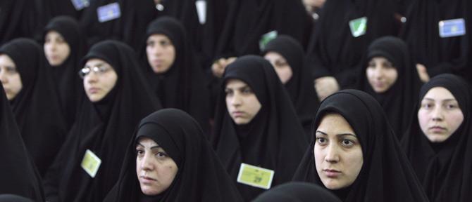 Mujeres chiíes siguen el discurso de Hassan Hasrallah en Daniyeh. | AP