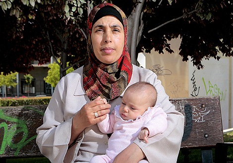 Jamila Ben Salah, junto a su pequeña Sanae.   Óscar Monzón