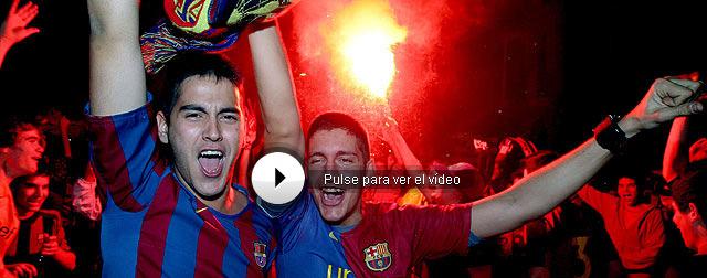 Miles de aficionados han acudido a la Plaza de Canaletas en Barcelona para celebrar el título de Liga. | Efe