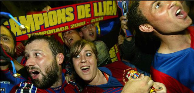Aficionados del Barça celebran el título en Canaletes. | Domènec Umbert