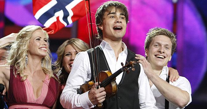 El noruego Alexander Rybak (centro) tras proclamarse vencedor de Eurovisión. | Reuters