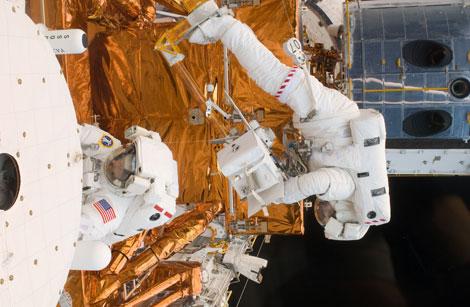 Los astronautas del 'Atlantis', durante el paseo espacial para reparar el 'Hubble'. | AP/NASA