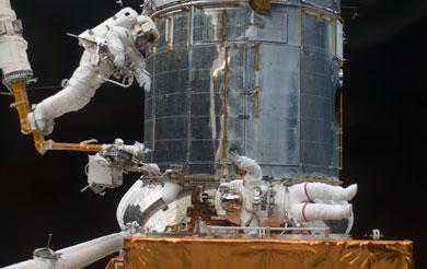 Los astronautas del 'Atlantis'. durante las reparaciones del 'Hubble'. | AP/NASA
