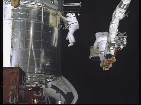 Imagen de las reparaciones inciadas esta tarde, tomada desde el casco de uno de los astronautas. | AFP/ NASA