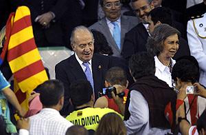 El Rey hace entrega de la Copa al Barça. | Efe