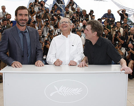 El francés Eric Cantona, el director Ken Loach y el actor Steve Evets. | AFP