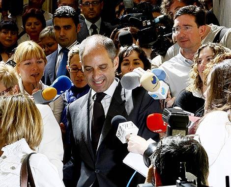 Camps, rodeado de microfonos al finalizar un acto en Valencia. | Vicent Bosch