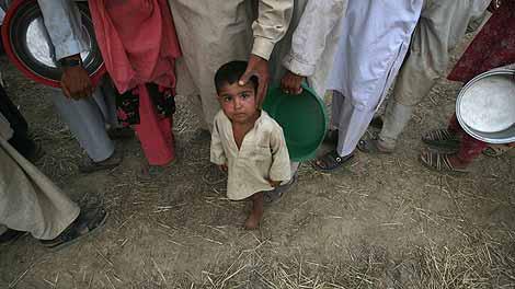 Un niño en una cola para conseguir comida en un campamento de refugiados en Mardan.   Reuters