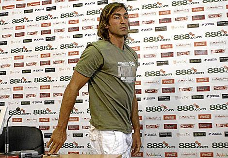 El capitán sevillista Javi Navarro, tras una comparecencia ante los medios. | I. Hidalgo