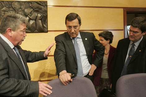 El diputado general de Vizcaya, José Luis Bilbao, comparece en las Juntas Generales.   Mitxi