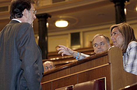 Rajoy conversa con Ana Mato y Esteban González Pons en el Congreso. | Efe