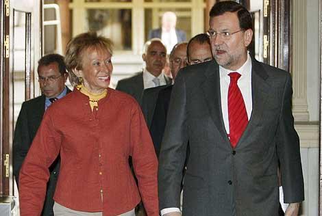 Rajoy, con la vicepresidenta del Gobierno De la Vega, esta mañana, en el Congreso. | Efe