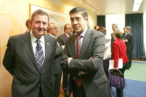 El lehendakari, Patxi López, en una reciente reunión con el presidente de Confebask, Miguel Lazpiur.   N. González