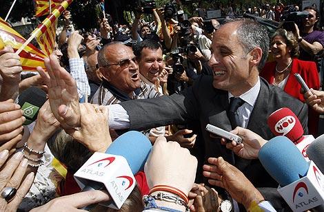 Camps saluda a la multitud tras declarar en el TSJ de Valencia. | José Cuellar