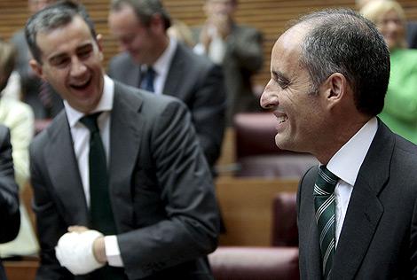 Camps y Costa durante la sesión de control de este jueves en el Parlamento valenciano   Efe
