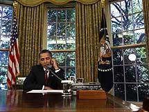 Obama habla con la tripulación del Atlantis desde el despacho oval. | Ap