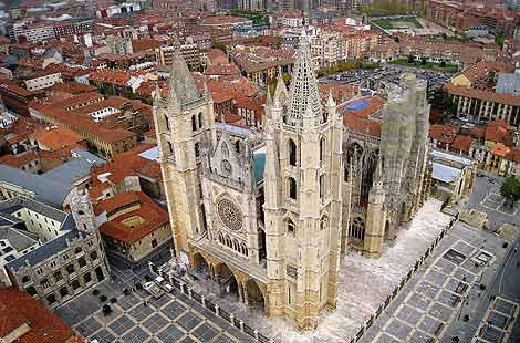 Fachada de la Catedral de León vista desde el aire. | El Mundo
